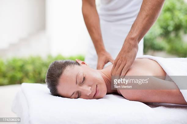 Donna ricevendo il massaggio