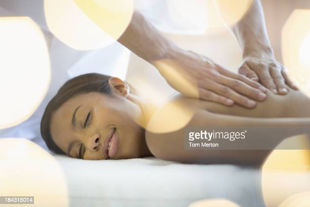 Frau empfangende massage