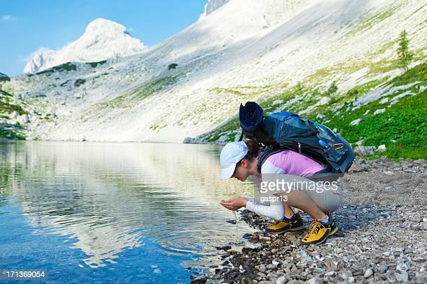 Frau erfrischend der mountain lake