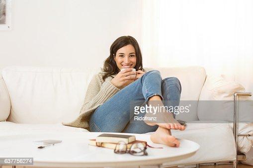 Mujer relajante en casa : Foto de stock