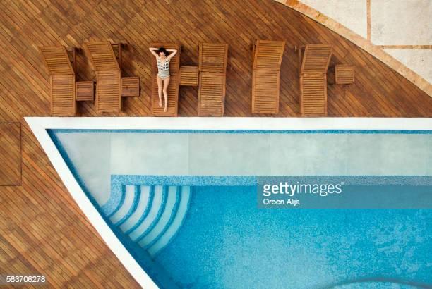 Femme détente au bord de la piscine