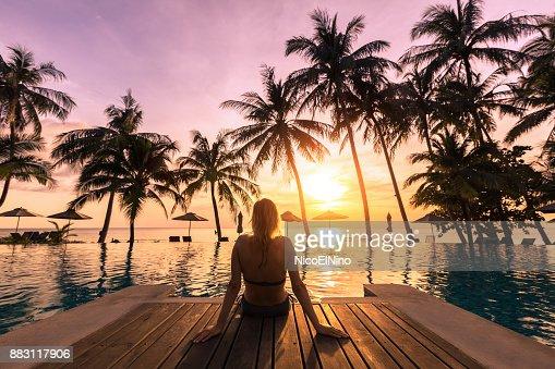 Frau entspannen am Pool im Luxushotel am Strand resort : Stock-Foto