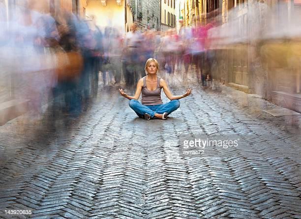 Mujer descansando en un concurrido Street
