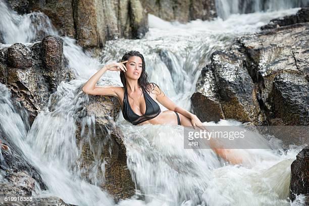 Femme se détendre dans un ruisseau de montagne Spa naturel