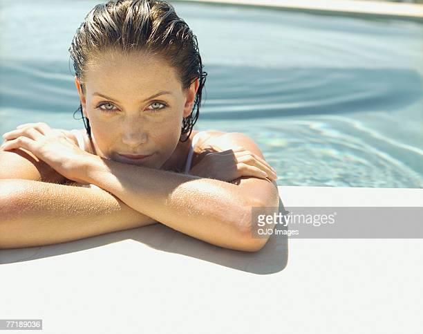 Frau entspannte in einem pool