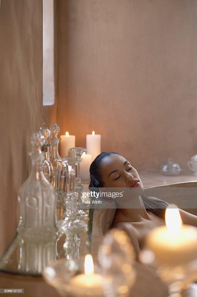 Woman relaxing in bath : Stockfoto