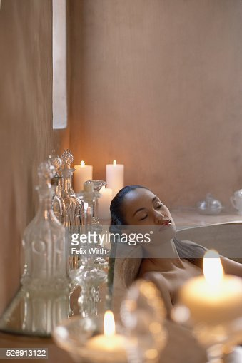 Woman relaxing in bath : Stock-Foto