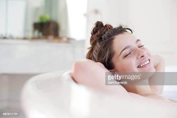 Donna rilassante nel bagno pieno di schiuma