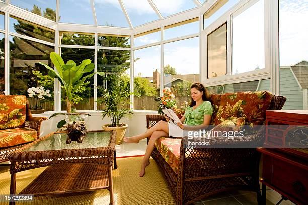 Mujer relajarse en una acogedora y solárium