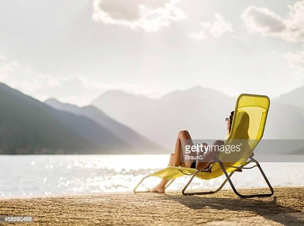 Frau Entspannung im Liegestuhl am Strand.