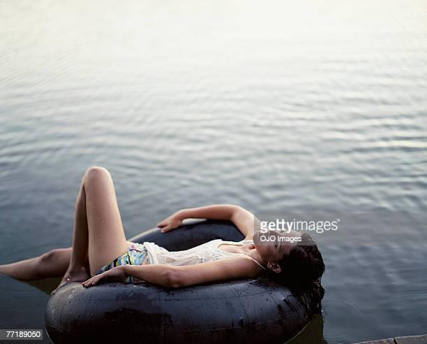 Une femme se détendre dans l'eau