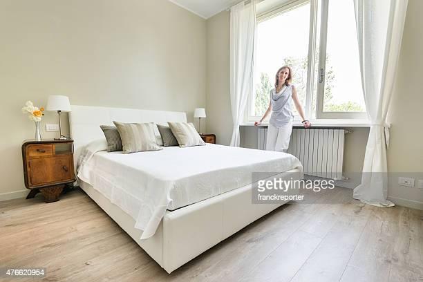 Mujer relajante en el hermoso dormitorio