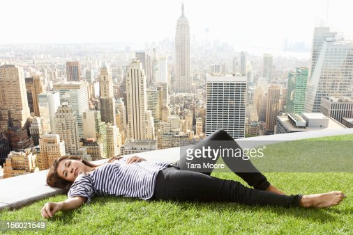 woman relaxing next to new york city skyline : ストックフォト