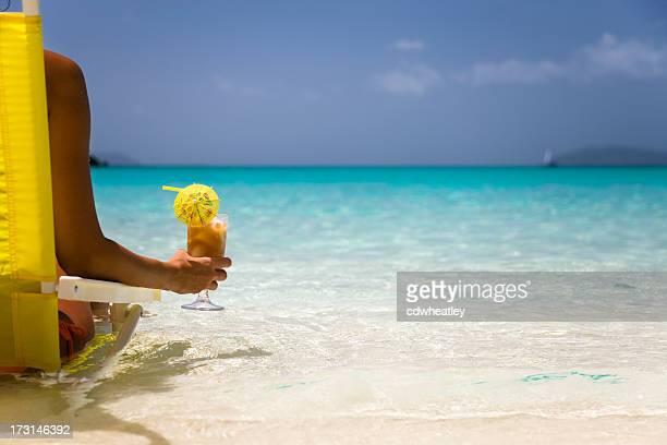 Frau entspannend auf einem perfekten Strand