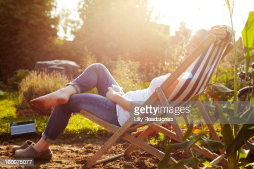 Woman relaxing on allotment : ストックフォト