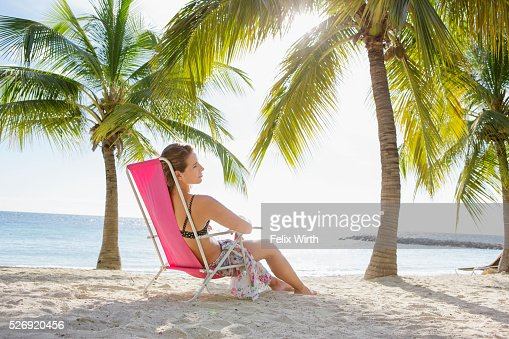 Woman relaxing on beach lounger : Foto de stock