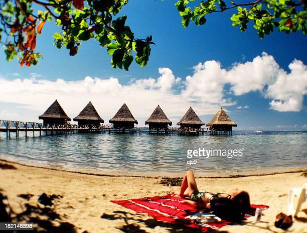 Donna rilassante in spiaggia tropicale