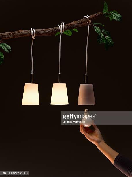 Femme Changer une ampoule de suspension sur