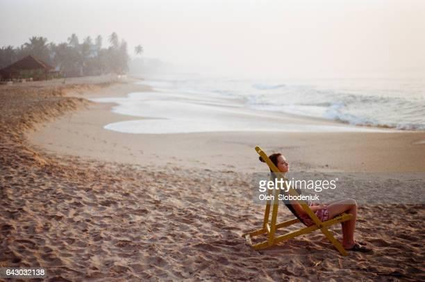 Vrouw rustend op tropisch strand in Sri Lanka