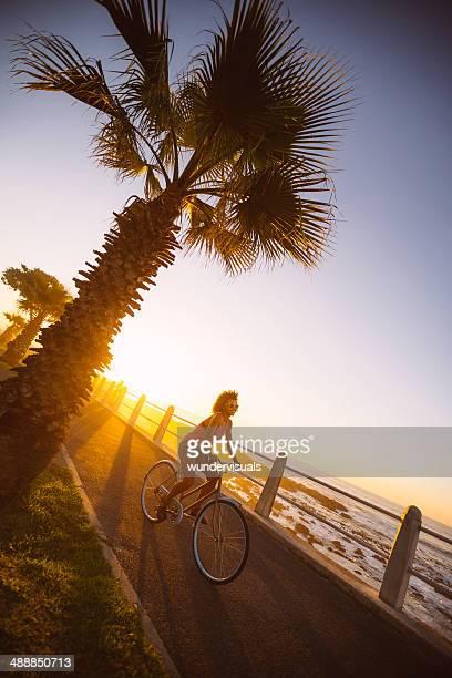 Mulher Andar de Bicicleta na praia