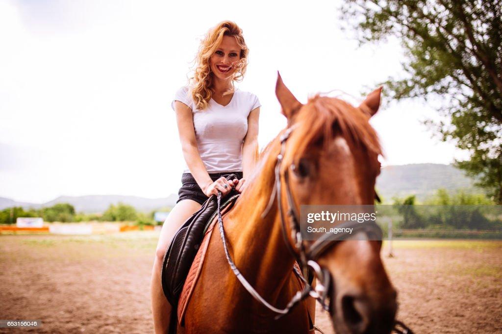 Frau auf einem Pferd : Stock-Foto