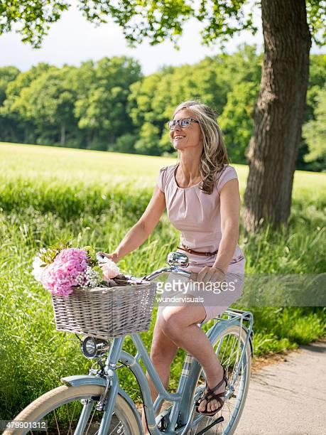 Frau auf Retro Fahrrad in einem Sommer-park