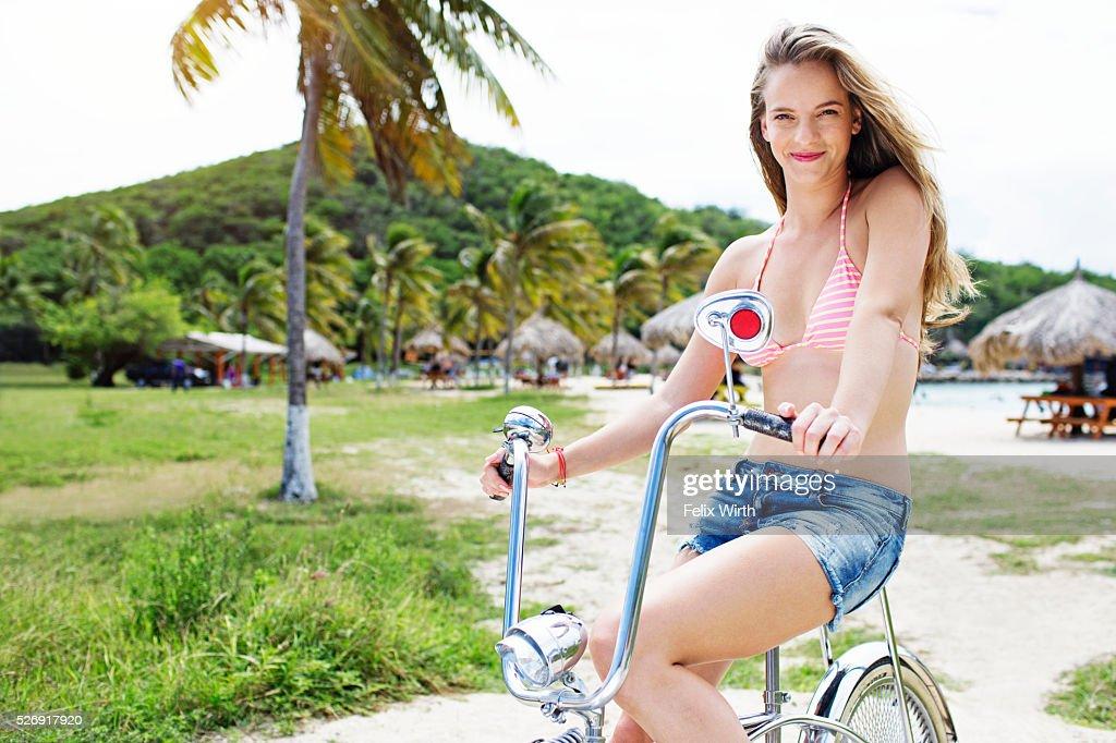 Woman riding bicycle : Stockfoto