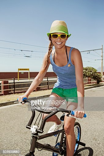 Woman riding bike : Stockfoto