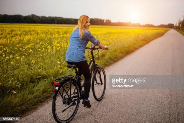 彼女の電気自転車に乗って女性