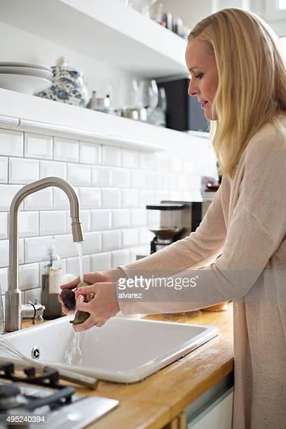女性彼女の水遊び野菜のお食事