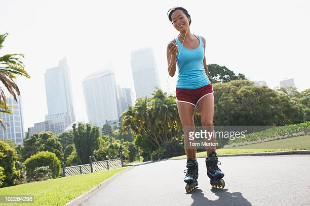 Femme en parc urbain du roller