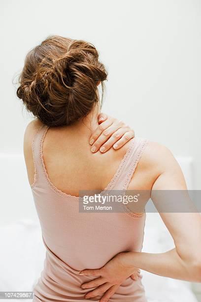 Femme se frotter les douleurs du dos