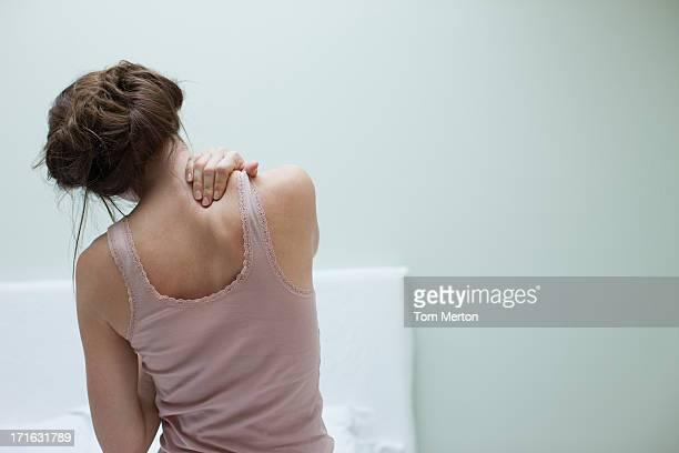 Mujer frotar el dolor de espalda