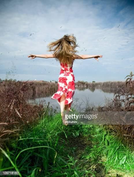 Frau laufen und springen