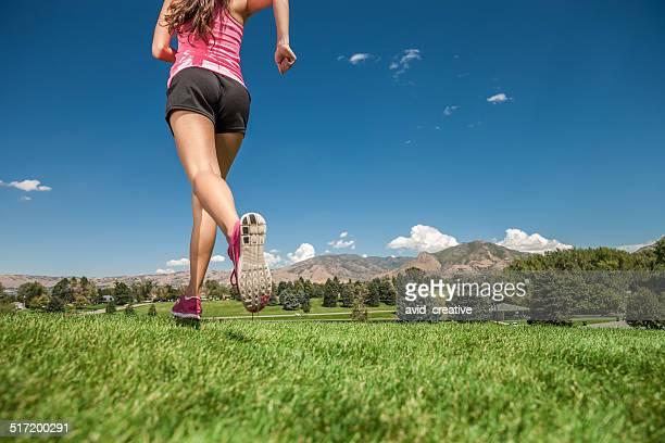 Femme jogging dans le parc