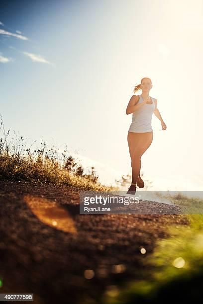 Femme courir dans un superbe cadre naturel