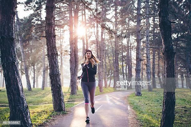 Femme course en forêt
