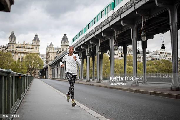 Mujer corriendo en la ciudad de París