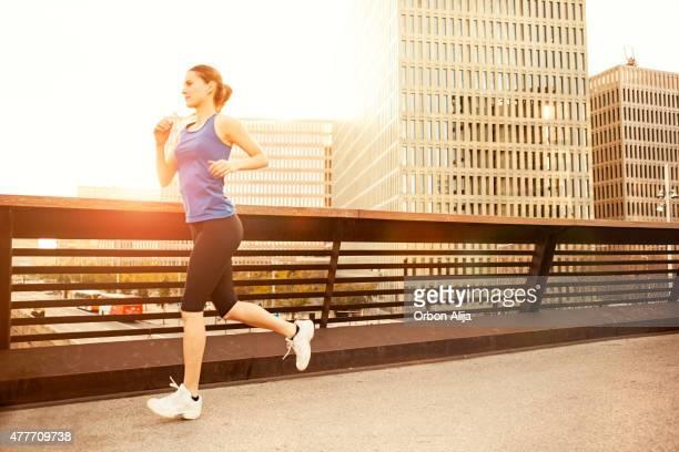 Femme courir dans la ville.