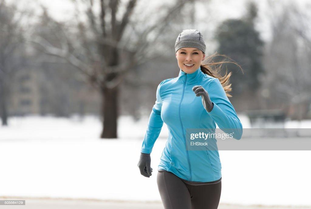Femme courir en hiver : Photo