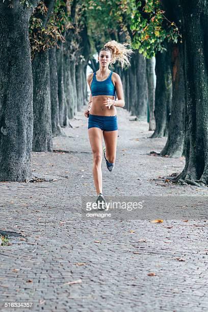 Femme course sur le parc de la ville