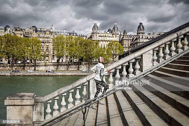 Femme monter à Paris à quelques pas