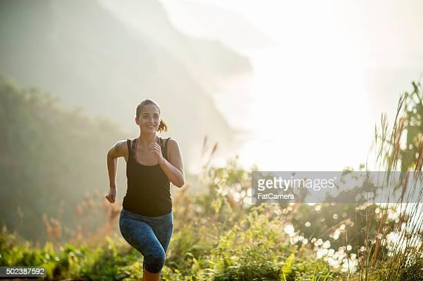 Frau läuft während Ihres Urlaubs auf Hawaii