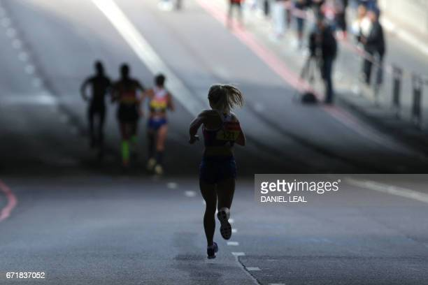 A woman runs in the London marathon on April 23 2017 in London / AFP PHOTO / Daniel LEALOLIVAS