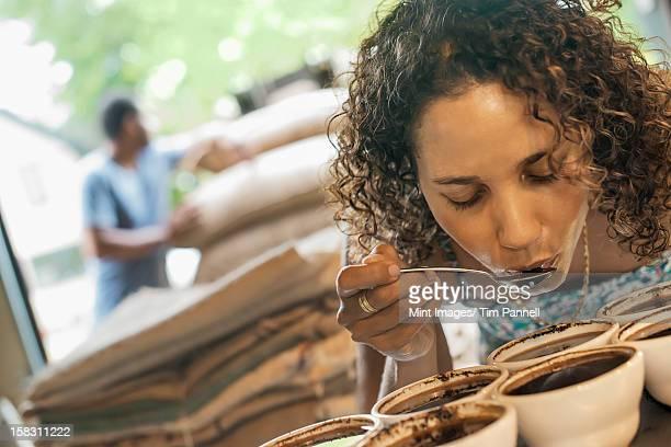 Dégustant une femme dans un café, où le traitement de remise