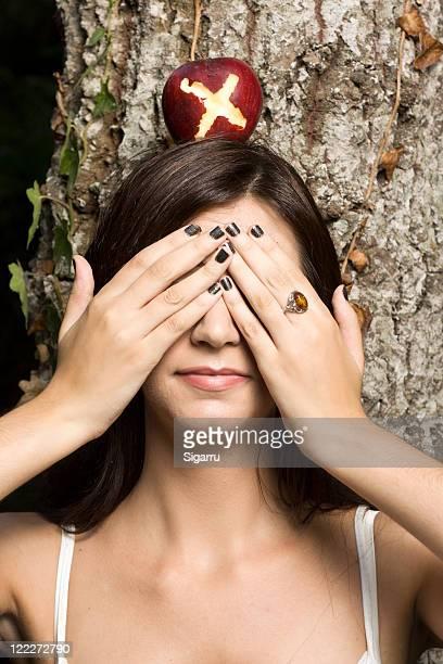 Frau Angst mit Apfel auf dem Kopf