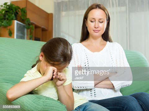 Woman scolds the child : Stockfoto