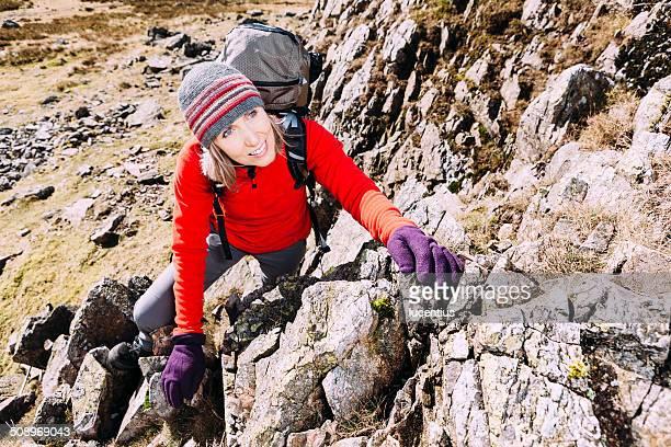 Frau Klettern auf mountain ridge