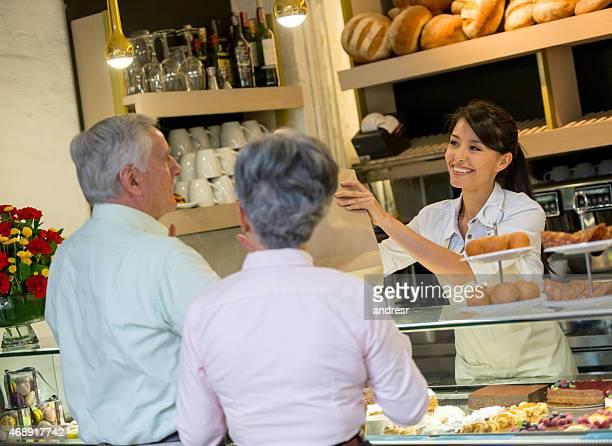 Femme à la boulangerie, pain vente