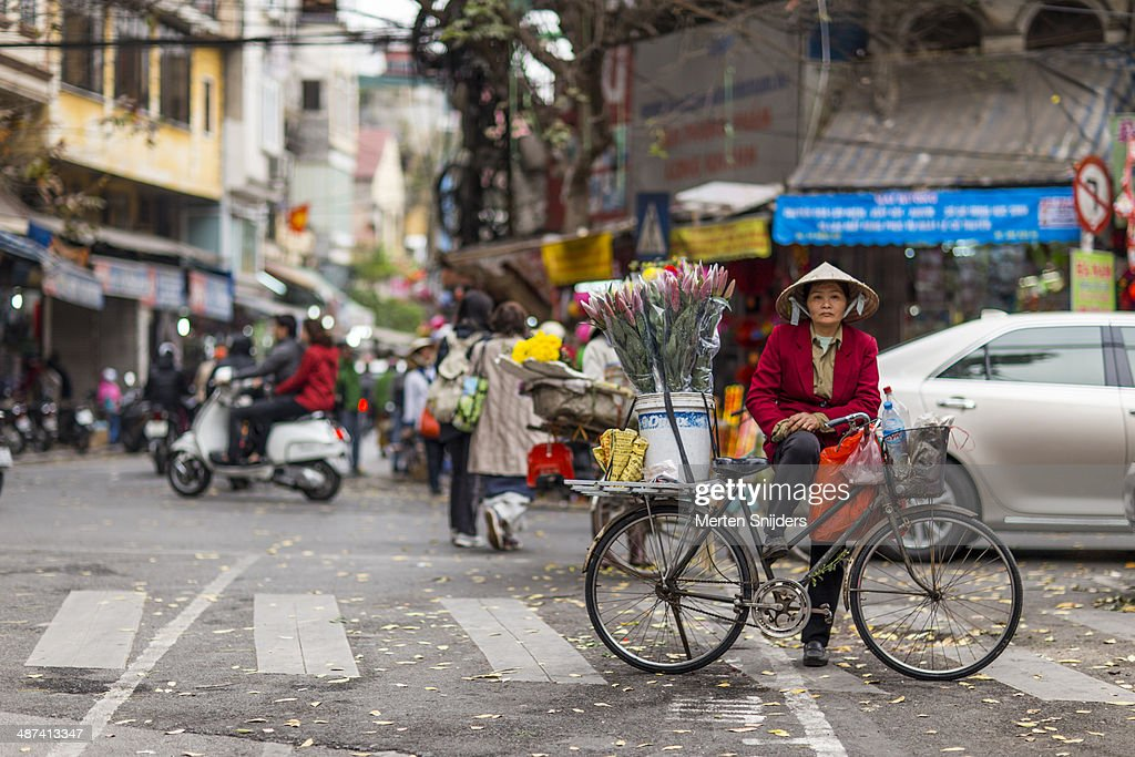 Woman selling flowers on Hàng Gà street